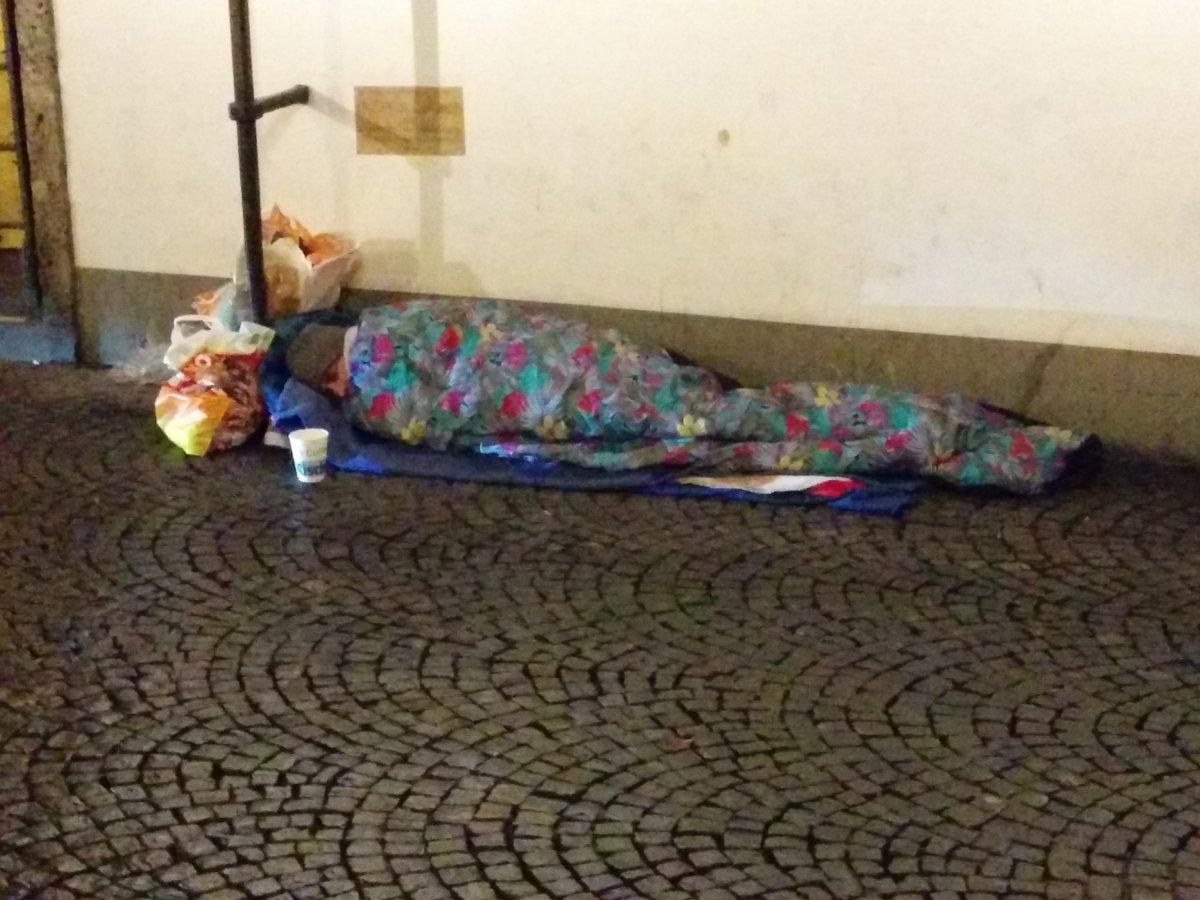 Soll man Obdachlosen statt Geld etwas zu Essen kaufen?