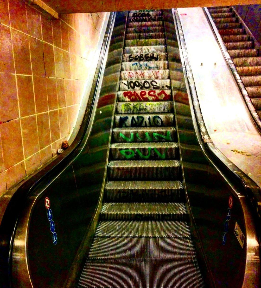 Fährt eine Frau auf der Rolltreppe